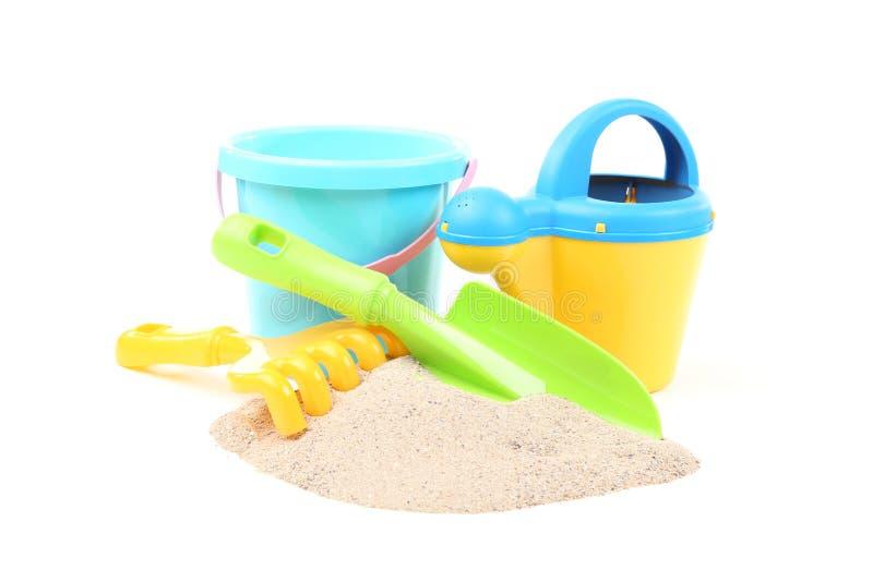 Plastikspielwaren mit Strandsand stockfoto