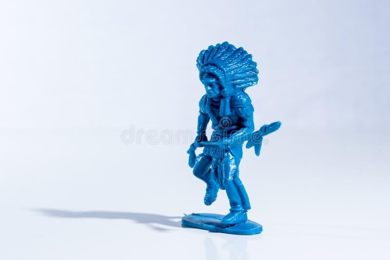 Plastikspielzeugzahl des blauen amerikanischen Ureinwohners lizenzfreies stockbild