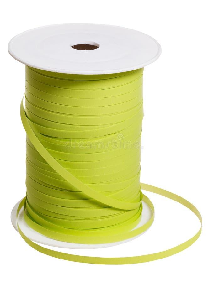 Plastikspule mit dem grünen Packband lokalisiert stockbild