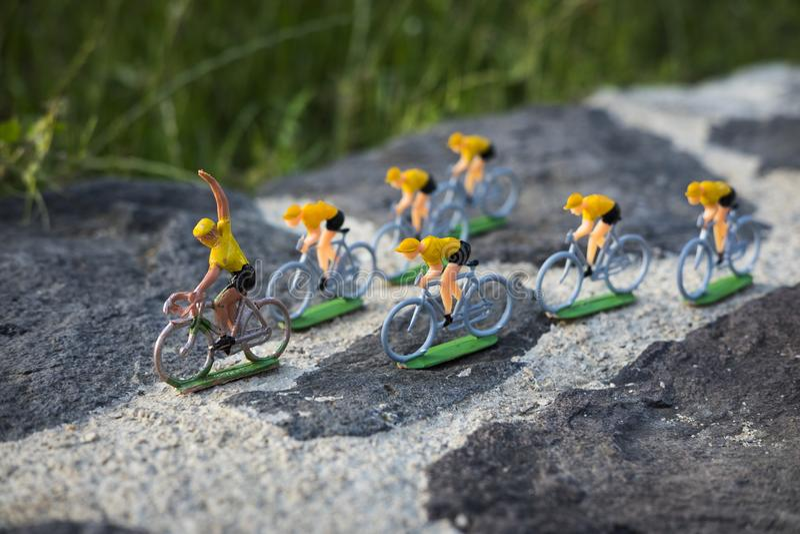 Plastikstraßenradfahrer im Freien konkurrenz Peloton lizenzfreies stockfoto