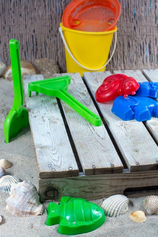 Plastikstrand spielt für Kinder, im Urlaub mit Kindern stockfotografie