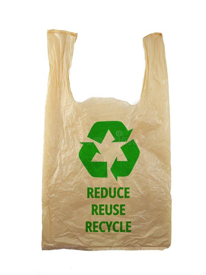 Plastiktüte mit Recyclingzeichen-Logo und den Worten REDUCE REUSE RECYCLE auf weißem schwarzem Grund, umweltfreundliches Konzept stockfoto
