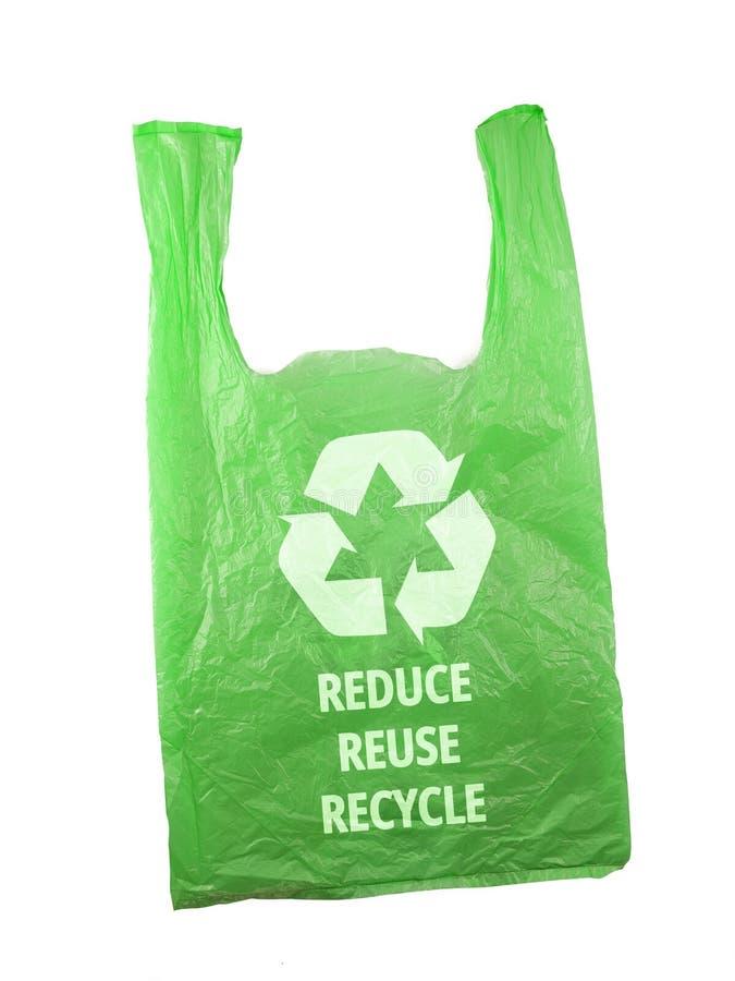 Plastiktüte mit Recyclingzeichen-Logo und den Worten REDUCE REUSE RECYCLE auf weißem schwarzem Grund, umweltfreundliches Konzept lizenzfreie stockfotografie