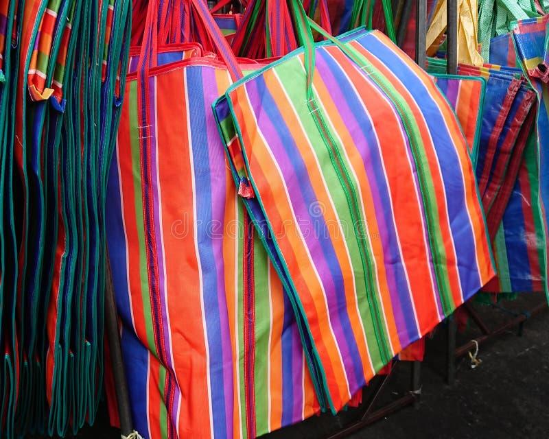 Plastiktaschen des Regenbogens auf Seil lizenzfreies stockfoto