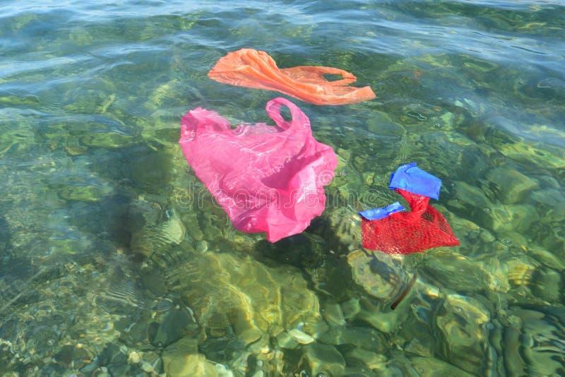 Plastiktaschen, die in das Meer schwimmen stockfotos