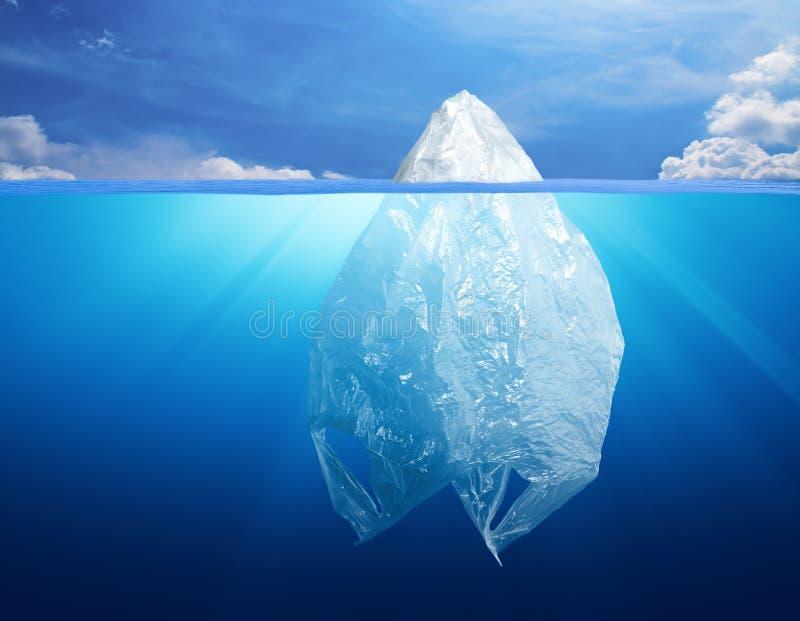 Plastiktascheumweltverschmutzung mit Eisberg stockfoto