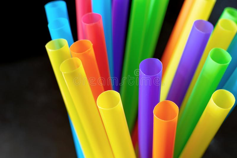 Plastiktrinkhalme und Rohre stockfotos