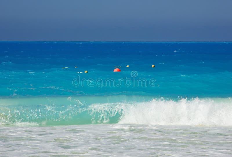 Plastikwasserballschwimmen im Meer stockfotografie