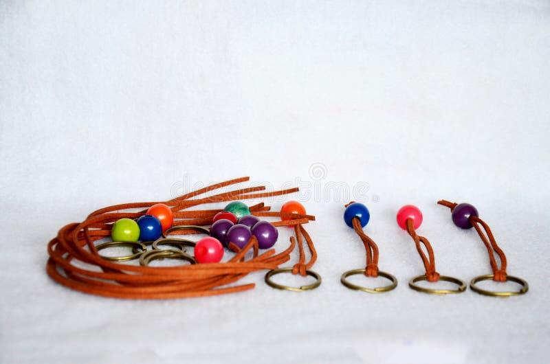 Plastique et cuir pour DIY fait fait main et artisanat accessoires colorés de perle de bijoux dans le style thaïlandais d'atelier images stock