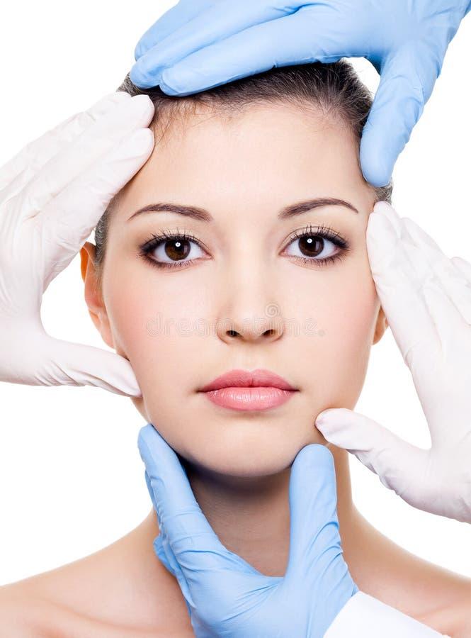 Plastische Chirurgen und Schönheitsgesicht lizenzfreie stockbilder