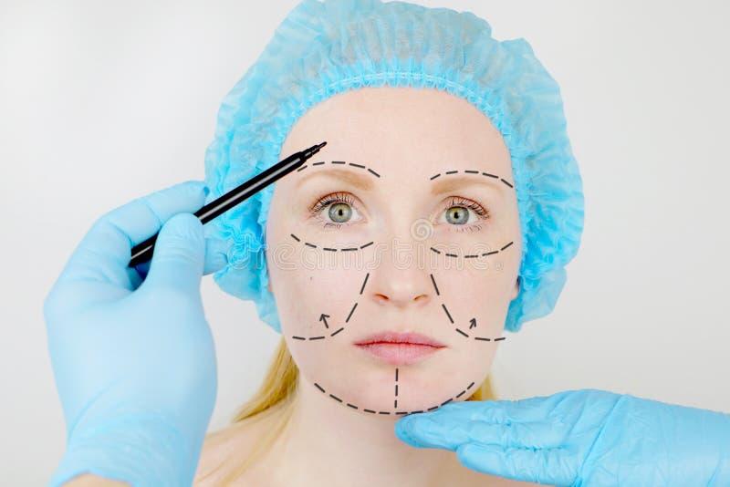 Plastische Gesichtschirurgie oder Verschönerung, Verschönerung, Gesichtskorrektur Ein plastischer Chirurg überprüft einen Patient lizenzfreie stockfotografie