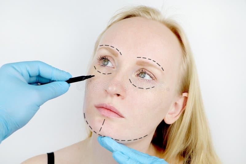 Plastische Gesichtschirurgie oder Verschönerung, Verschönerung, Gesichtskorrektur Ein plastischer Chirurg überprüft einen Patient stockfoto