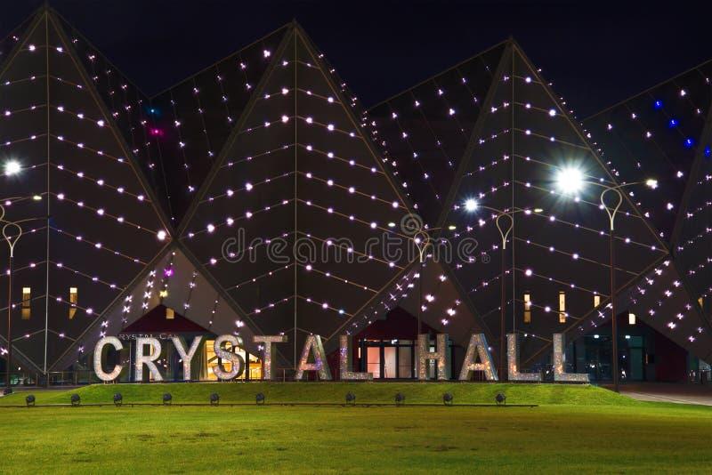 Plastische inschrijving ` Crystal Hall ` in de nachtverlichting baku stock afbeelding
