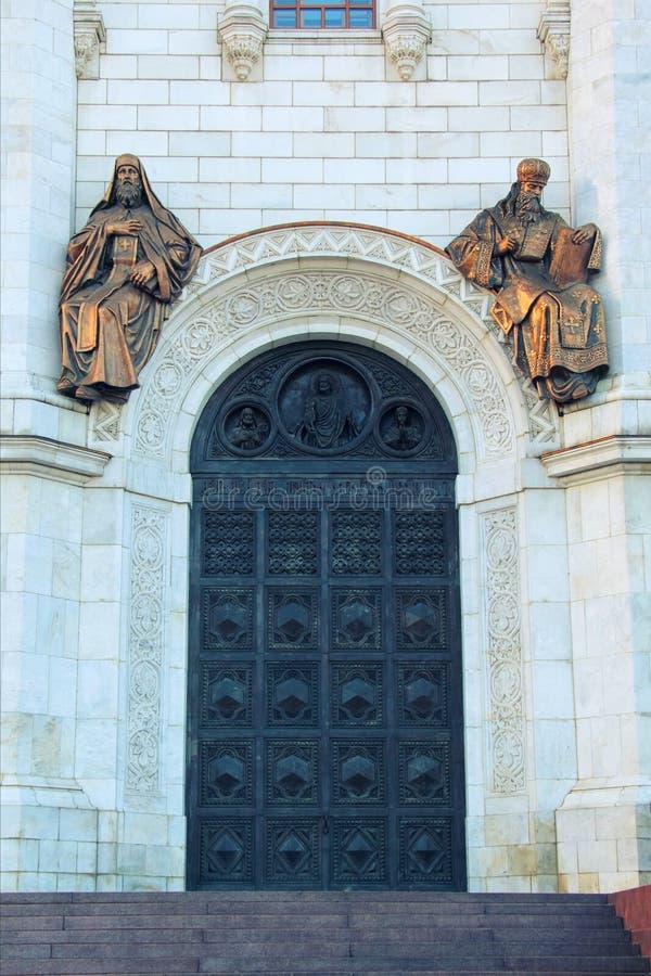 Plastische samenstelling boven de boog van de kleine poorten van de oostelijke voorgevel in de Kathedraal van Christus de Verloss stock afbeelding