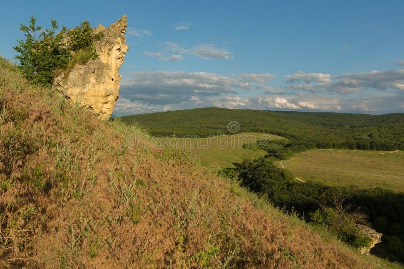 Platå av grottastaden Bakla i Bakhchysarai Raion, Krim royaltyfri bild