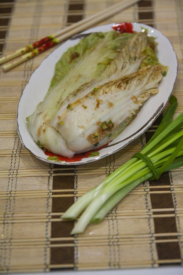 Plat épicé de Kimchi de Pyong Yang - salade Lenten de chou, de gingembre, d'ail et de poivre - cuisine coréenne images stock