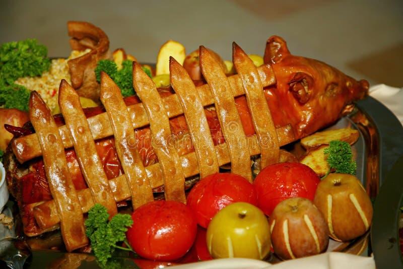 Plat artistiquement décoré du chef - le porc de nourrisson a fait cuire au four dans les pommes image libre de droits