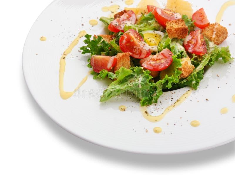 Plat avec de la salade de César savoureuse sur le fond blanc, plan rapproché image stock