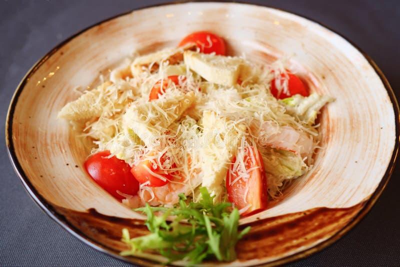 Plat avec de la salade de César sur la table photos libres de droits