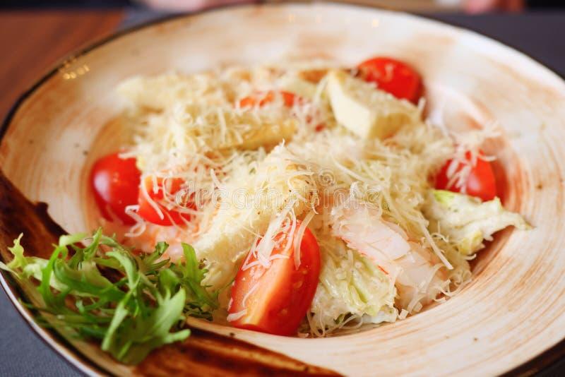 Plat avec de la salade de César sur la table image stock