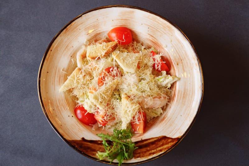 Plat avec de la salade de César sur la table photo libre de droits