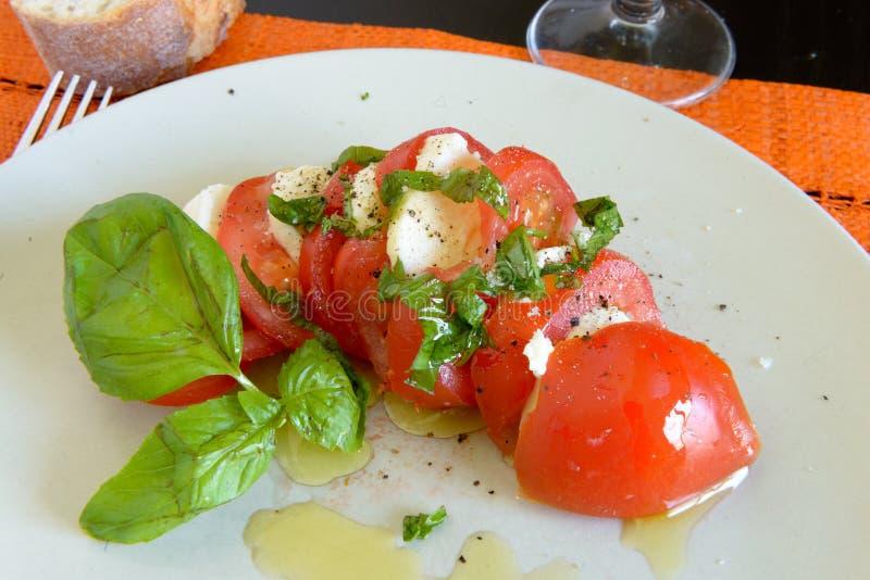 Plat avec de la salade de tomate photo libre de droits