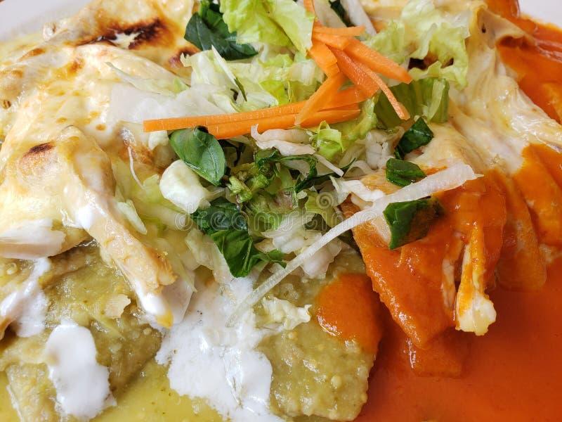 plat avec des chilaquiles en sauce verte et rouge, nourriture mexicaine typique avec une saveur chaude photo stock