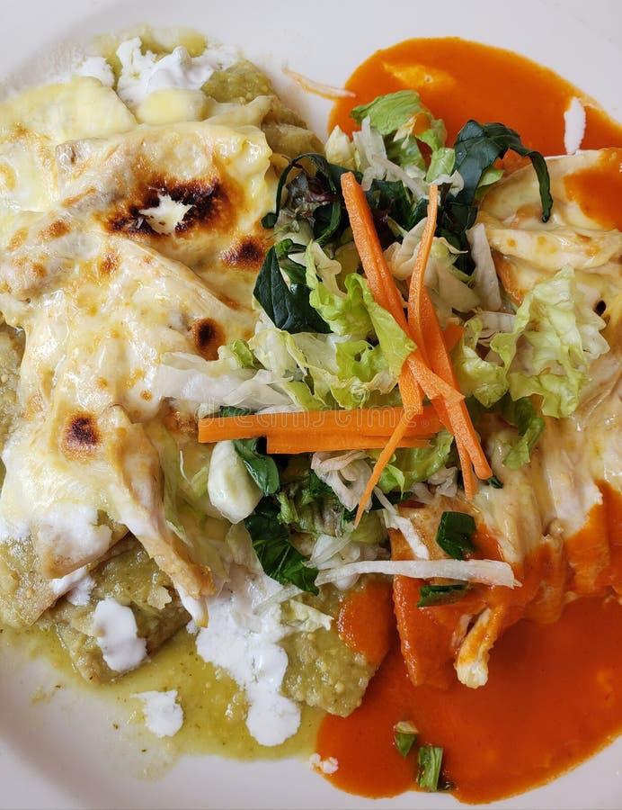 plat avec des chilaquiles en sauce verte et rouge, nourriture mexicaine typique avec une saveur chaude photographie stock libre de droits