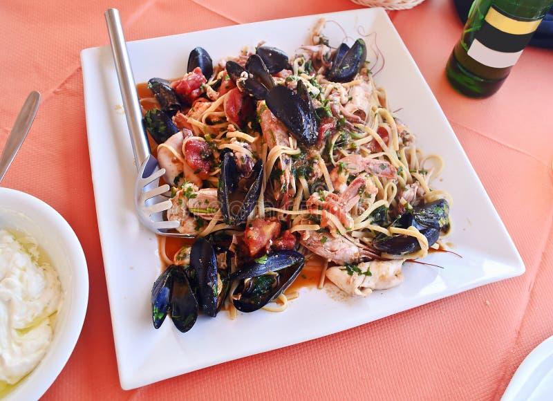 Plat avec des fruits de mer à une taverne grecque traditionnelle photos stock