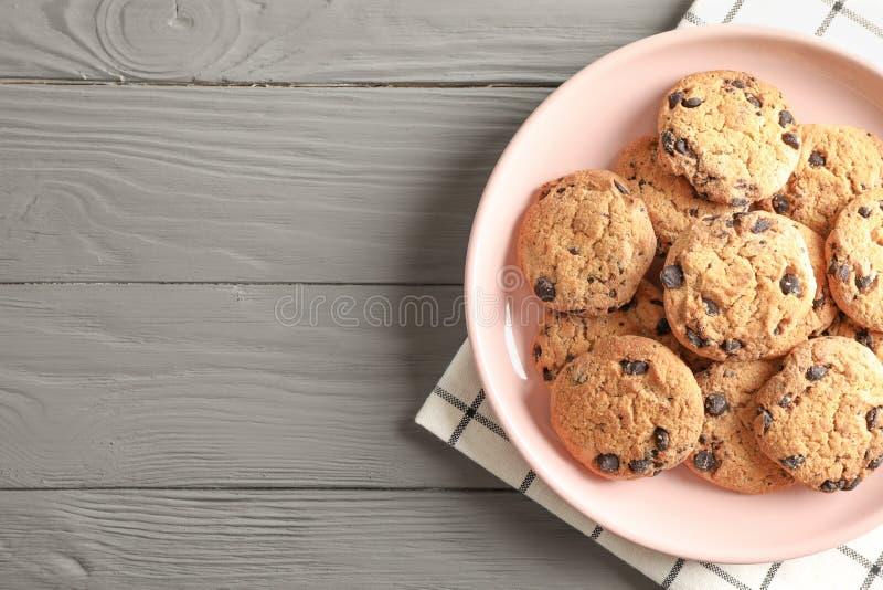 Plat avec des gâteaux aux pépites de chocolat et espace pour le texte sur la table en bois image stock