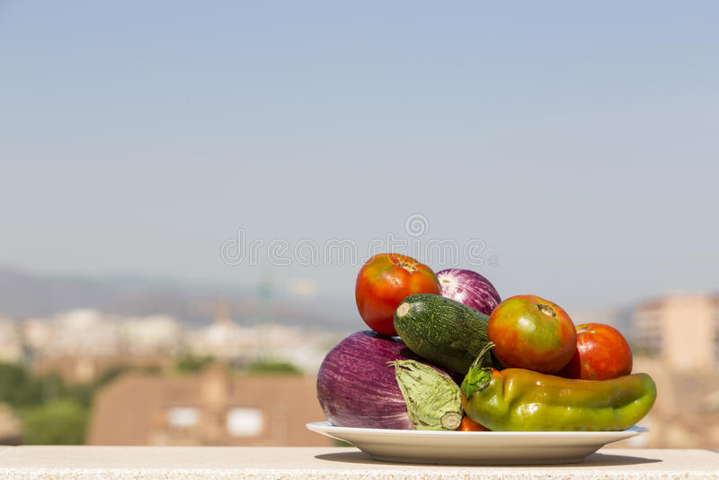 Download Plat Avec Des Légumes Et La Ville à L'arrière-plan Photo stock - Image du nourriture, tomate: 77160110