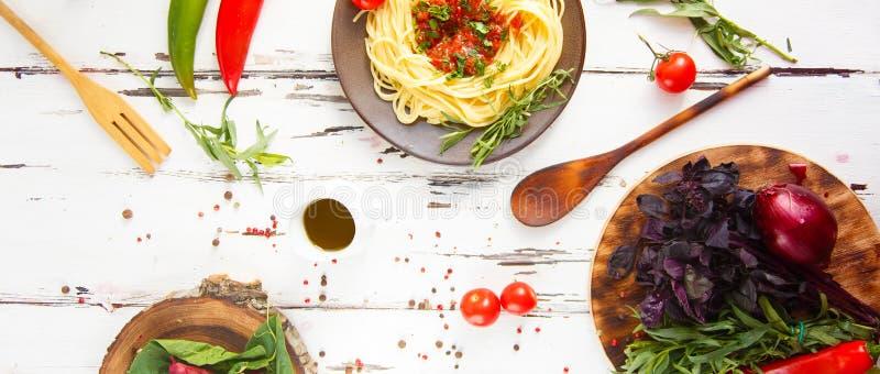 Plat avec des pâtes Cerise, piment, tomate, basilic, épices, estragon, oignon Ingrédients pour faire cuire des pâtes photographie stock libre de droits