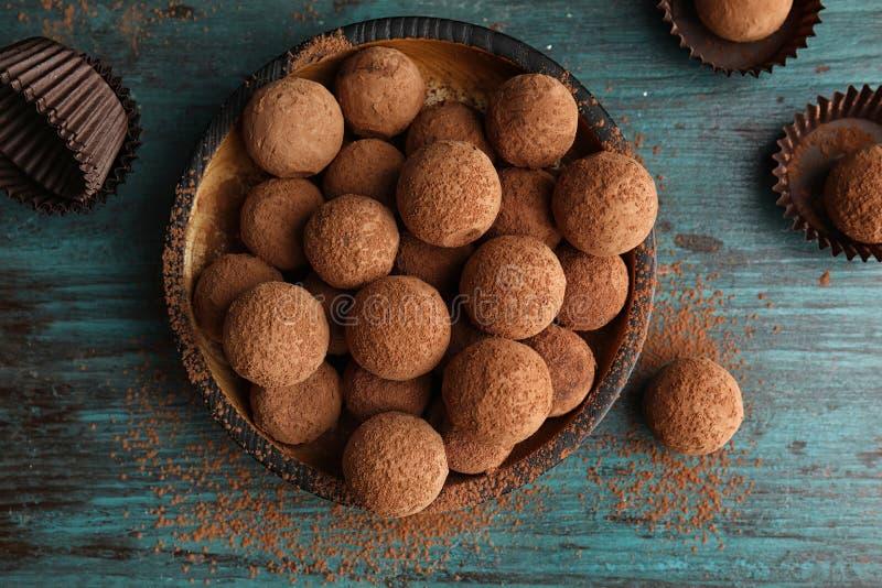 Plat avec des truffes de chocolat sur le fond en bois image libre de droits