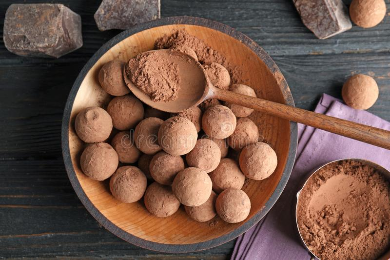 Plat avec des truffes de chocolat sur le fond en bois photo stock