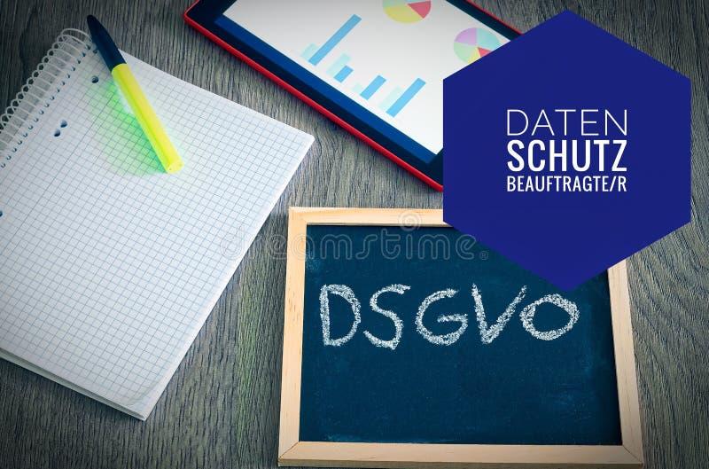 Plat avec l'inscription DSGVO Datenschutzgrundverordnung dans le règlement général anglais de protection des données de GDPR avec images libres de droits