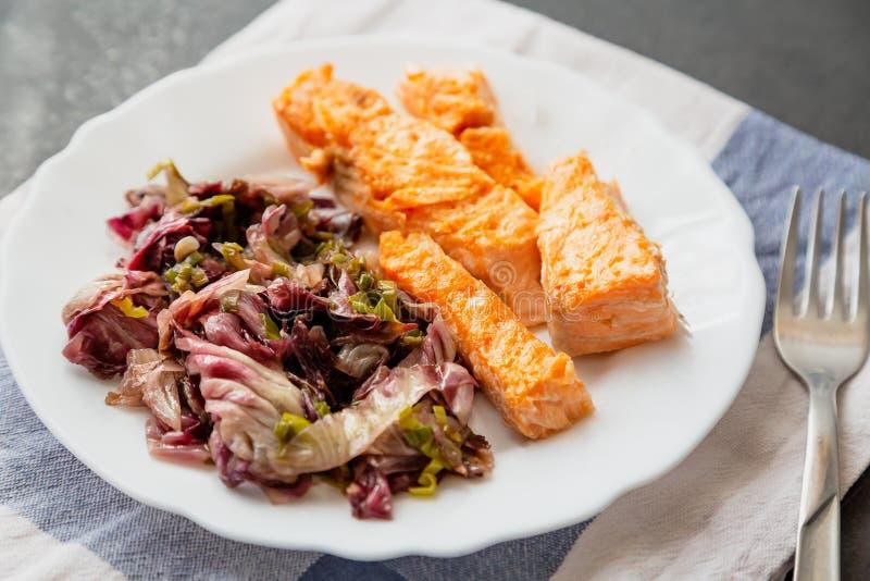 plat avec la garniture saumonée et rouge de radicchio photos stock