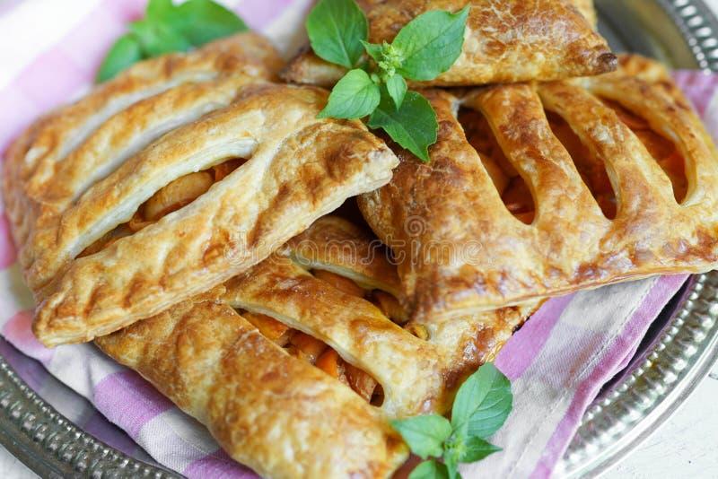 Plat avec la pâte feuilletée de baie délicieuse avec les pommes et la menthe sur la table images stock