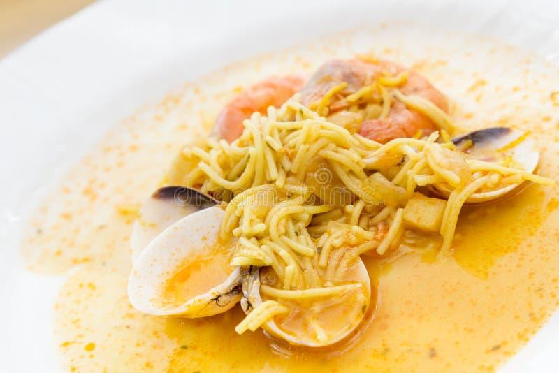Plat avec la soupe à fruits de mer photographie stock libre de droits