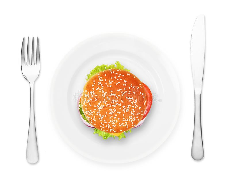 Plat avec le ?amburger, la fourchette et le couteau photo stock
