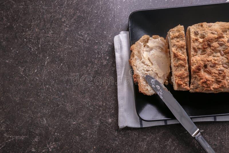 Plat avec le pain coupé en tranches du pain de bière images libres de droits