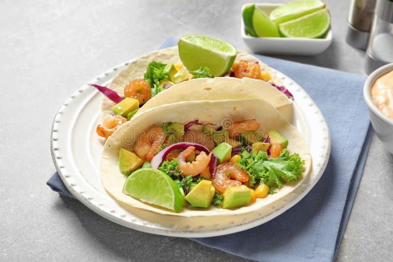 Plat avec le tacos délicieux de crevette photographie stock libre de droits