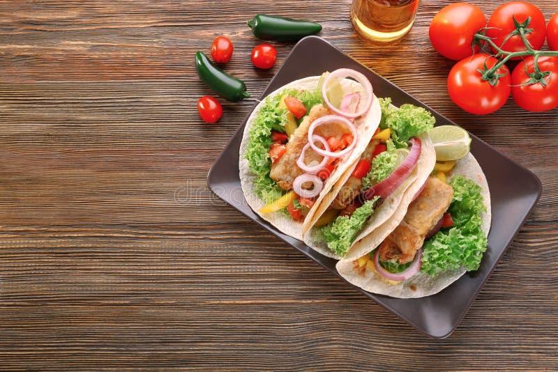 Plat avec le tacos de poissons délicieux photo stock
