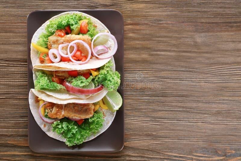 Plat avec le tacos de poissons délicieux photographie stock libre de droits