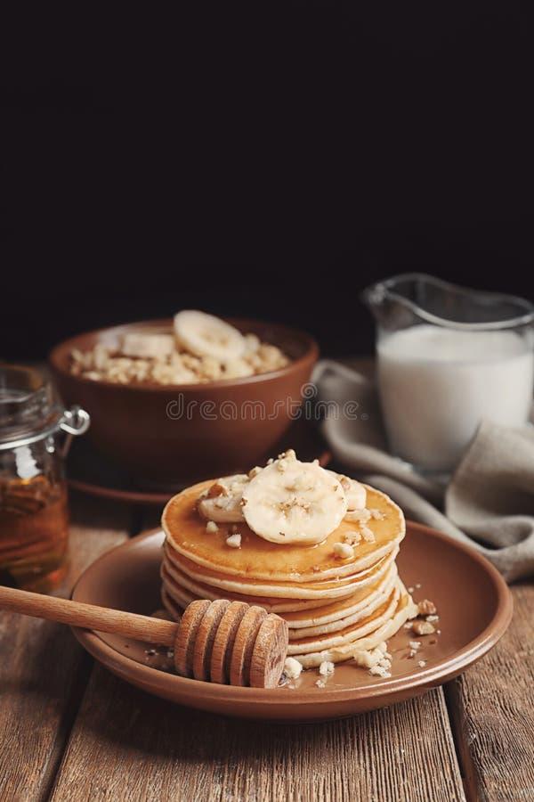 Plat avec les crêpes délicieuses de banane sur la table photos stock