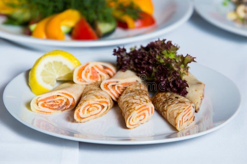 Plat avec les crêpes saumonées image stock