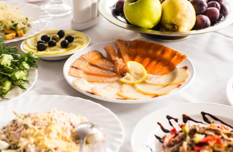 Download Plat Avec Les Produits Des Pêches Coupés En Tranches Sur La Table De Fête Image stock - Image du joint, poissons: 77158153