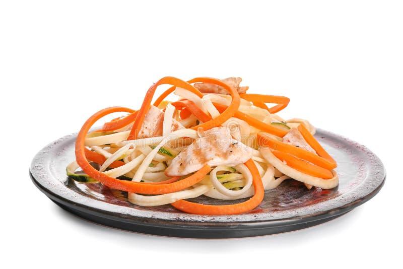 Plat avec les spaghetti et la viande végétaux sur le fond blanc image libre de droits