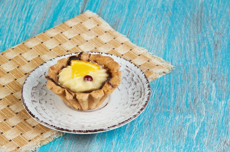 Plat beige avec un gâteau images stock