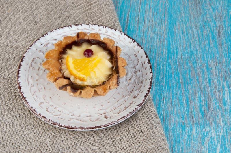 Plat beige avec un gâteau photographie stock