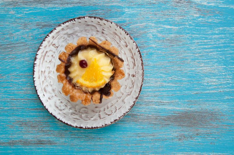 Plat beige avec un gâteau image libre de droits